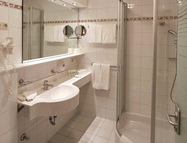 Doppelzimmer Sonnenkogel Badezimmer - Hotel Alpenrose Elbigenalp